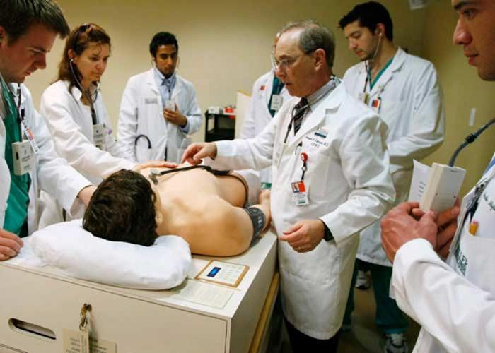 Un grupo de médicos examinando a un paciente